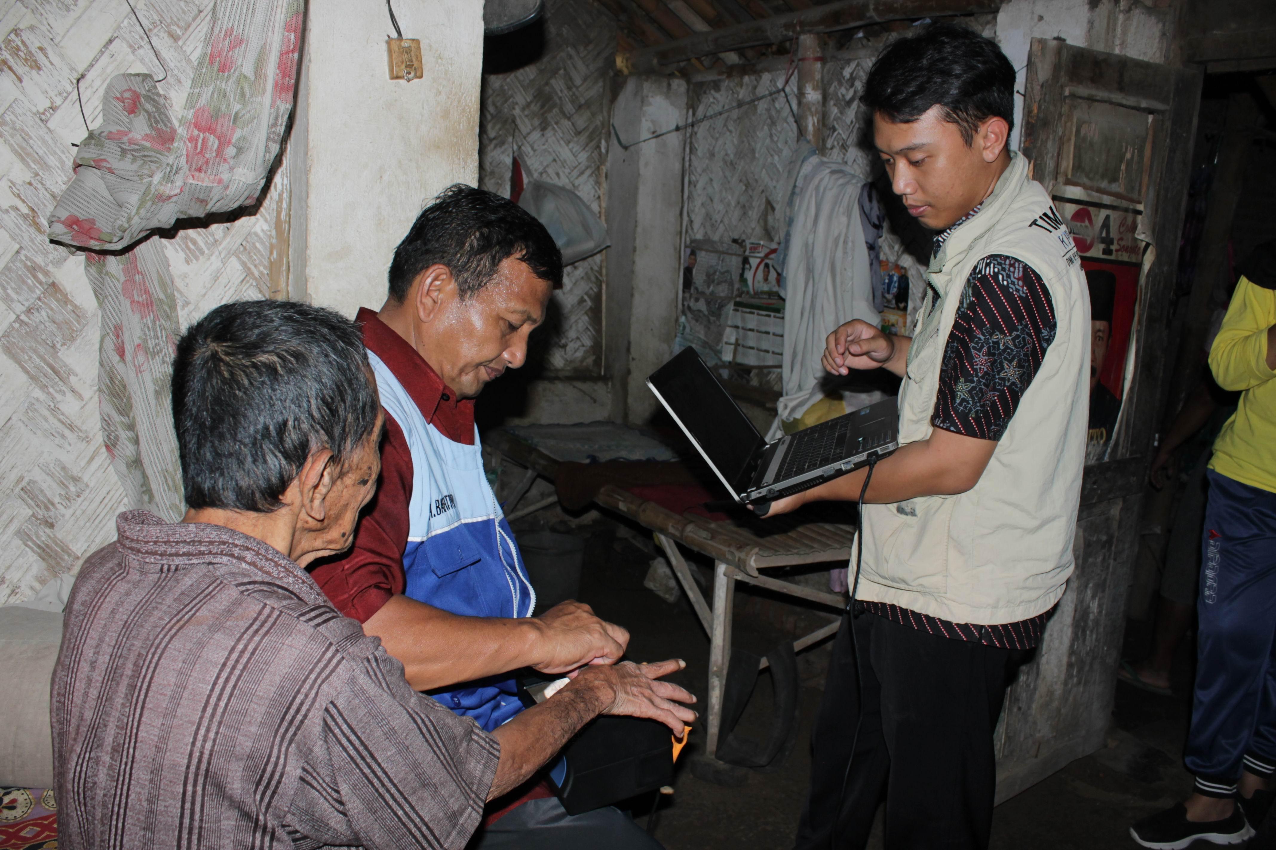 Perekaman KTP-Elektronik Lansia dan Orang Sakit di desa Tempeh