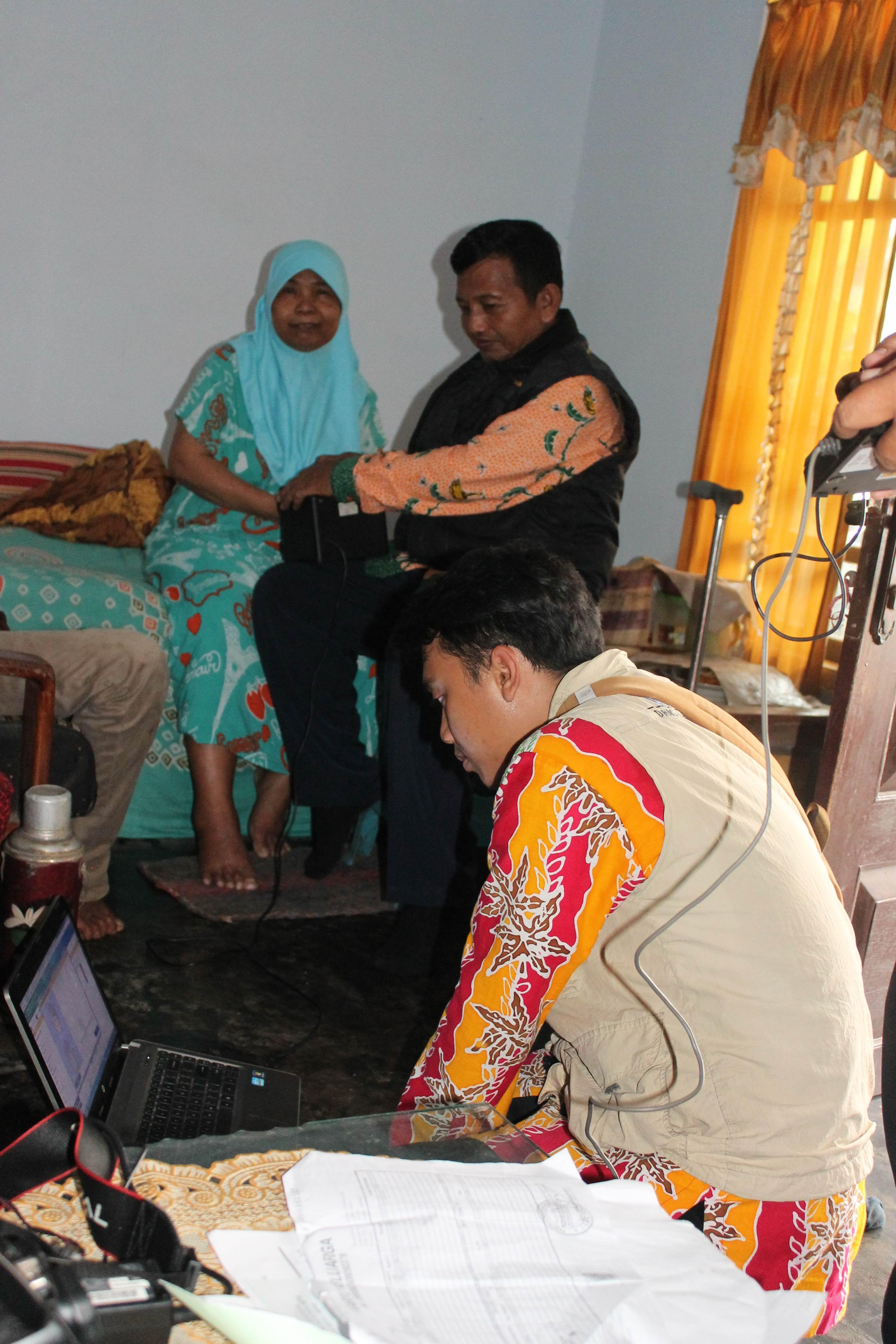 Perekaman KTP-Elektronik Siswa dan Warga Lansia di Desa Denok Dan Desa Sumberanyar