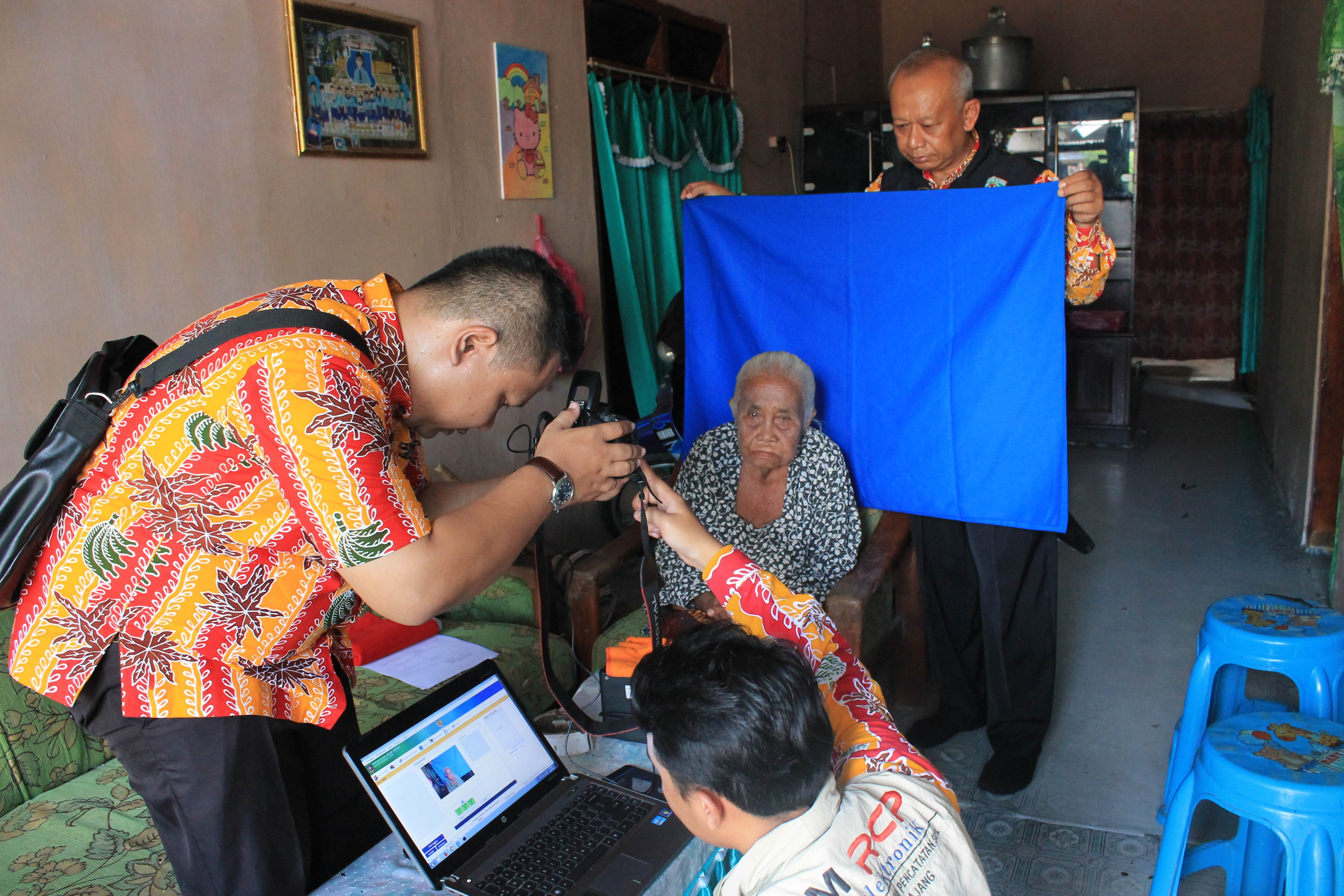 Perekaman KTP-Elektronik Lansia di Desa Nguter Kecamatan Pasirian