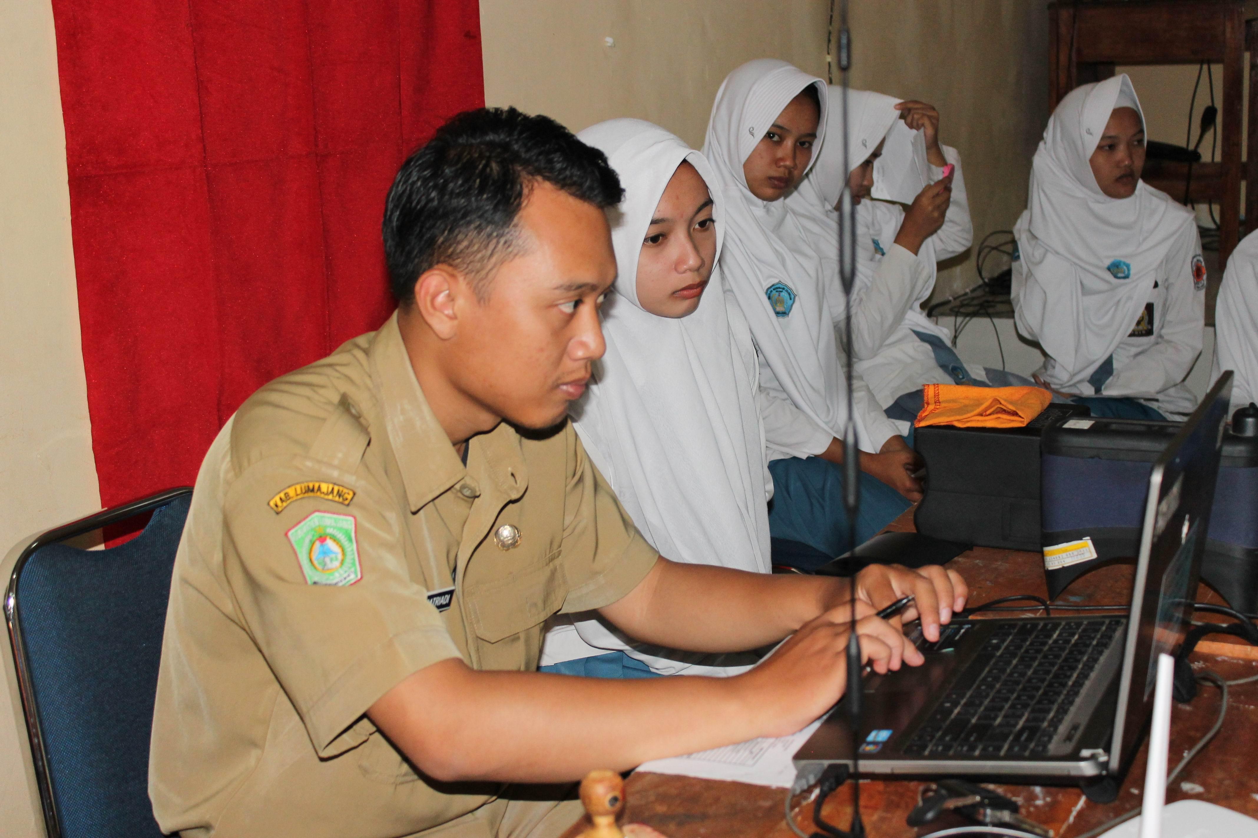 Perekaman KTP-el di SMKN 2 Lumajang